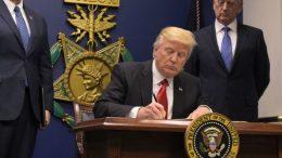 Donald Trump signe