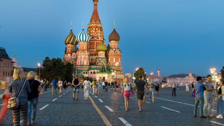 Des canadiens font la vente de poutine en Russie près de la Place Rouge à Moscou